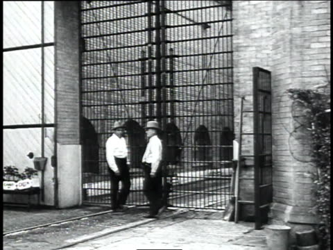 entrance to indiana state prison with two guards in front / michigan city, indiana, united states - 1934 個影片檔及 b 捲影像