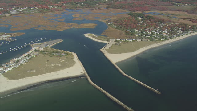 vídeos y material grabado en eventos de stock de aerial entrance to kennebunk river, with channel marked by parallel breakwaters, and gooches beach / kennebunkport, maine, united states - formato buzón