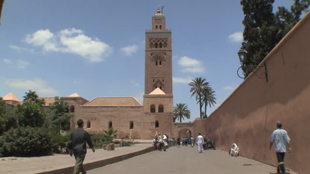 ws entrance to koutoubia mosque, marrakech, morocco - minaret stock videos & royalty-free footage