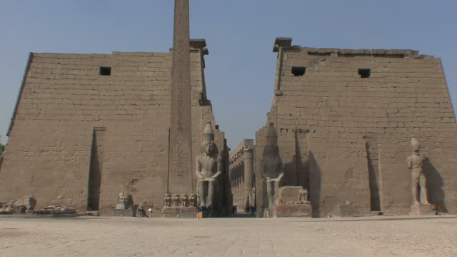 WS ZI Entrance to Luxor Temple with statues of Ramesses II and original obelisk, Luxor, Egypt