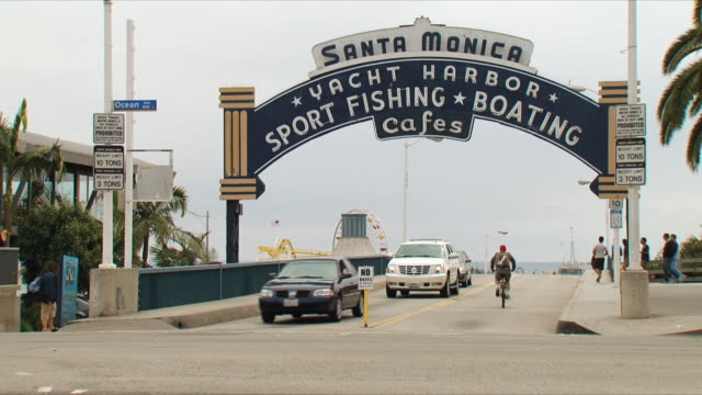 WS Entrance to Santa Monica Pier / California, USA