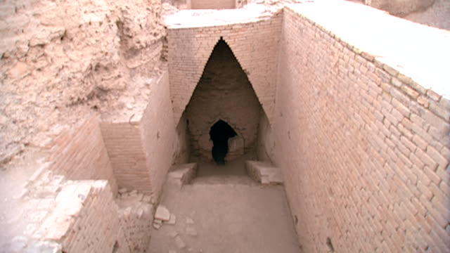 stockvideo's en b-roll-footage met entrance to shulgi's tomb the second king in the third dynasty of ur king shulgi completed the construction of the great ziggurat which was started... - nasiriyah