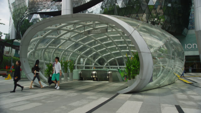 vidéos et rushes de entrance to subway station in front of ion shopping complex - singapour