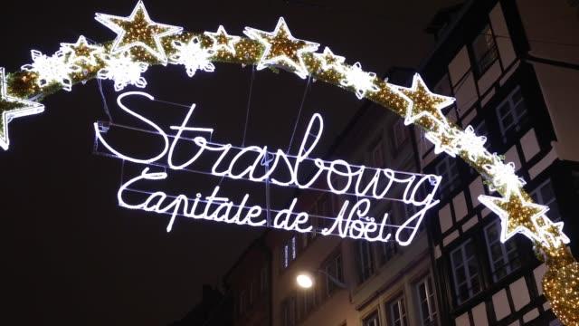 vídeos de stock e filmes b-roll de entrance to the capitale de noel on christmas time in strasbourg, france - estrasburgo