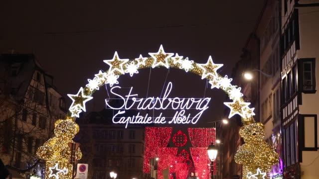 eingang zur capitale de noel zur weihnachtszeit in straßburg, frankreich - straßburg stock-videos und b-roll-filmmaterial