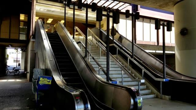 vídeos y material grabado en eventos de stock de entrance to the rockridge bay area rapid transit commuter rail station in oakland california july 2019 - bart