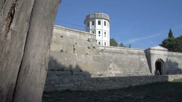 vídeos de stock e filmes b-roll de entrance to venetian fortress, pula, istria county, croatia, adriatic, europe - artilharia