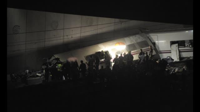 entre 45 y 50 personas han muerto y decenas han resultado heridas al descarrilar este miercoles un tren de pasajeros cerca de santiago de compostela... - personas stock videos & royalty-free footage