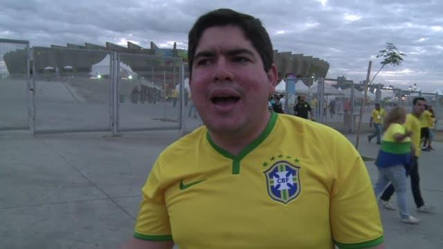 entre la humillacion la tristeza y el enfado algunos hinchas brasilenos no pudieron soportar la goleada de alemania a su equipo y dejaron el partido... - 2014 video stock e b–roll