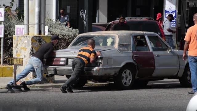 entre largas filas, trasnochos y angustia, la escasez de gasolina no cede en venezuela, semanas después de la llegada de combustible desde irán y el... - gasolina stock videos & royalty-free footage