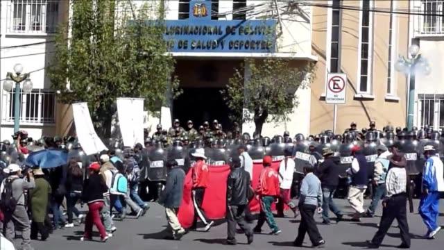 vídeos de stock e filmes b-roll de entre reivindicaciones y una nacionalizacion voiced otro mayo nacional en bolivia on may 01 2012 in la paz bolivia - la paz bolívia