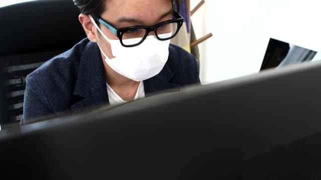 entrepreneur working hard at desk work - 清潔点の映像素材/bロール