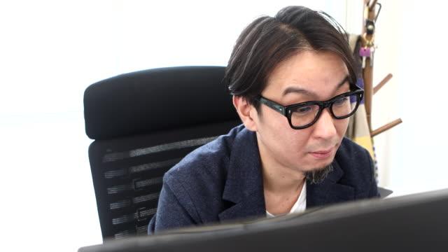 entrepreneur working hard at desk work - 忙しい点の映像素材/bロール