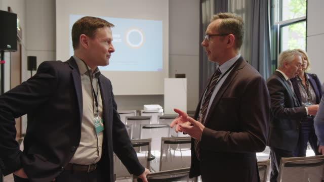 カンファレンスにおける起業家の計画戦略 - 出席する点の映像素材/bロール