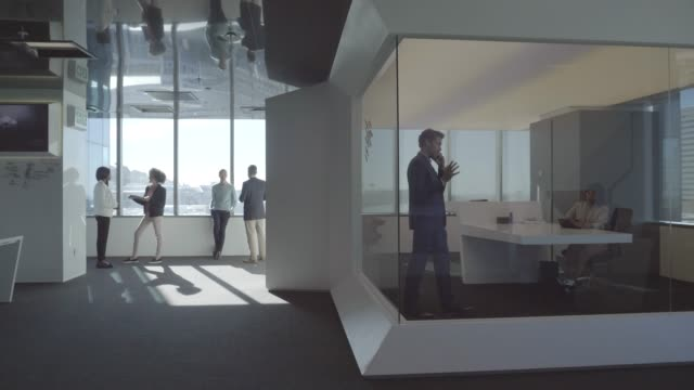 vidéos et rushes de entrepreneurs working at futuristic office - entrepreneur