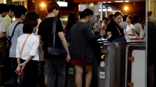 vídeos de stock, filmes e b-roll de metro de portões de entrada e saída com multidão - transporte público