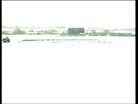 weather snow tyne tees england durham cricket pavilion snow covered pitch pull various gvs snow covered cricket pitch - チャンネル4ニュース点の映像素材/bロール