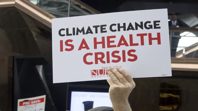 vídeos de stock e filmes b-roll de environmental activist rally outside the skyscraper building at 30 hudson yards in midtown manhattan during cnn's studios live coverage of the... - marchar