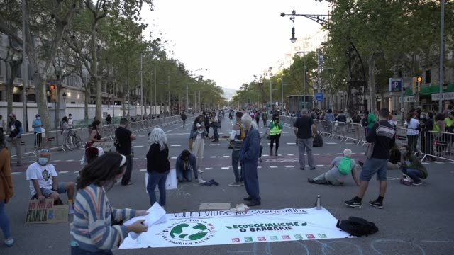 environmental activists wear protective face masks and practice social distancing guidelines during a protest under the slogan 'climate justice to... - social justice concept bildbanksvideor och videomaterial från bakom kulisserna