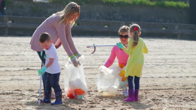 vidéos et rushes de nettoyage de la plage environnement - nettoyer