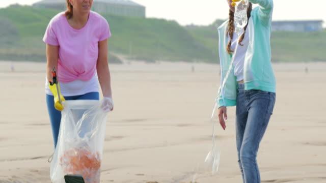 環境・ ビーチクリーン アップ - プラスチック容器点の映像素材/bロール