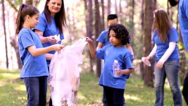 環境浄化。ボランティアは地元の公園でごみを拾います。 - リサイクル素材点の映像素材/bロール