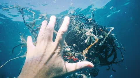 vídeos de stock, filmes e b-roll de remoção de poluição do oceano net fantasma de limpeza ambiental - embaraçado