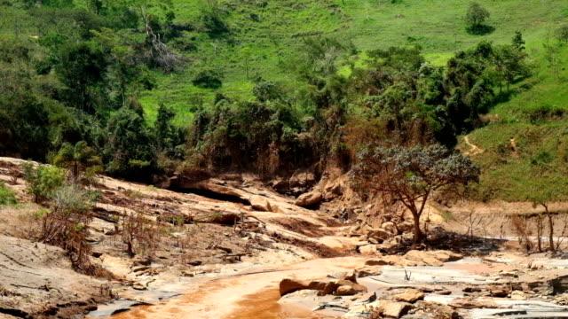 desastre ambiental em mariana, minas gerais besuchen. consequências tun rompimento da barragem em bento rodrigues - agua stock-videos und b-roll-filmmaterial