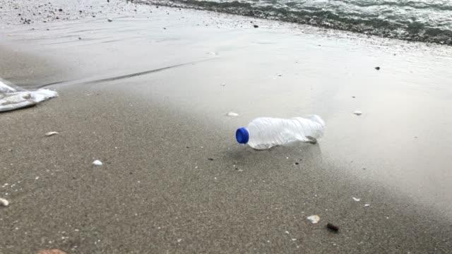 vidéos et rushes de pollution de l'environnement - bouteille