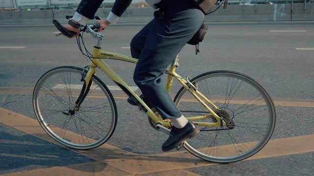 vídeos de stock, filmes e b-roll de ambientalista pedala para trabalhar pela cidade. - a caminho