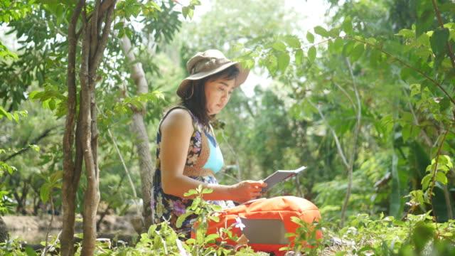 Umweltschützer im Wald, Buch lesen