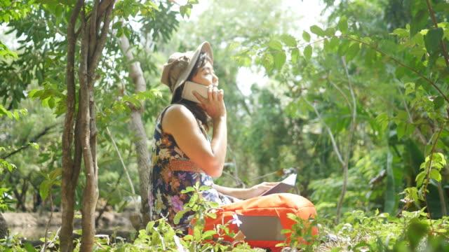 Umweltschützer im Wald, mit Telefon