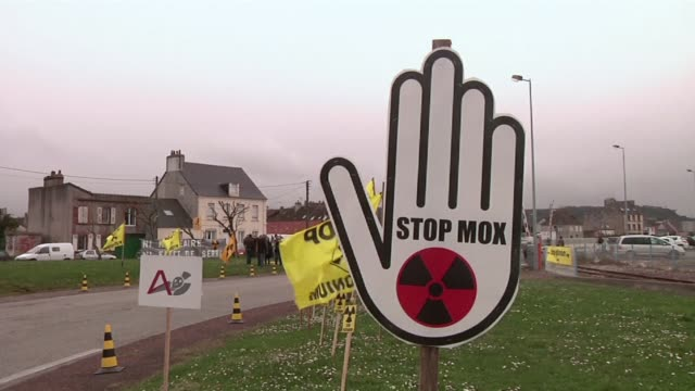 vídeos de stock e filmes b-roll de environmentalists protested tuesday in the french coastal city of cherbourg where the combustible mox a blend of plutonium and reprocessed uranium is... - plutónio