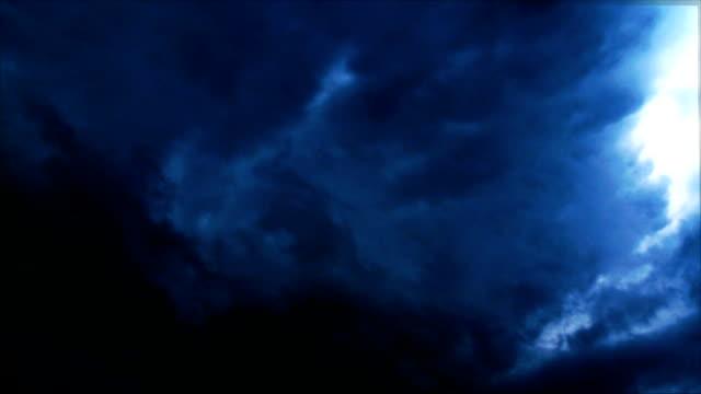 Episka mörka stormen himmel bakgrund loop animation
