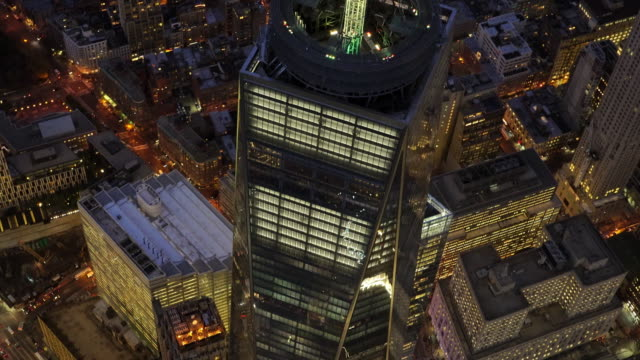epic helicopter shot of the freedom tower at night in new york city - turmspitze stock-videos und b-roll-filmmaterial