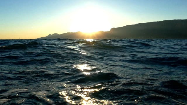epische sonnenuntergang an der küste berg mit yachten (zeitlupe) - kreuzfahrt stock-videos und b-roll-filmmaterial