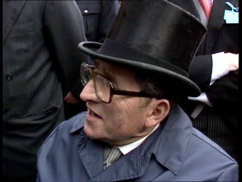 stockvideo's en b-roll-footage met epsom derby itn cms willie carson thumping air triumphantly ms dick hern stroking nashwan cms major dick hern intvwd sof thrilled to have won the... - omsloten ruimte