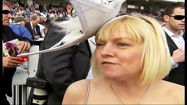 vídeos y material grabado en eventos de stock de epsom: ladies day; sequence of close ups of women wearing bizarre and wonderful hats reporter to camera vox pops with women wearing hats women... - concurso television