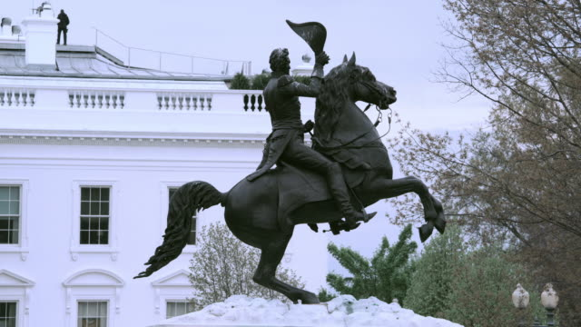 stockvideo's en b-roll-footage met la equestrian statue of andrew jackson and secret service agent walking on white house rooftop / washington, d.c., united states - geheime dienstagent