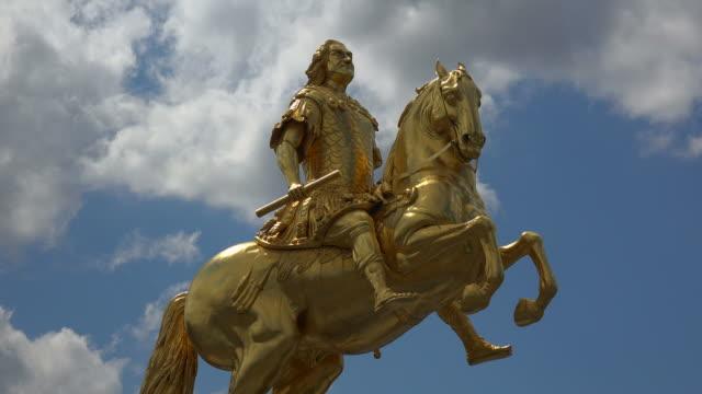 vídeos de stock, filmes e b-roll de equestrian statue of augustus ii the strong in dresden, saxony, germany - representação de animal