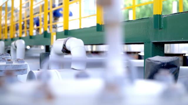 vídeos de stock e filmes b-roll de equipment and architectures in modern refinery factory - refinaria de petróleo