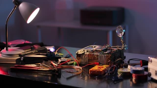 vídeos y material grabado en eventos de stock de equipo para fabricar bombas sobre mesa en el taller terrorista - haz de luz