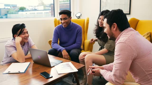 equipo de negocios multiétnica con reunión de sala de juntas de londres - reunión de negocios stock-videos und b-roll-filmmaterial