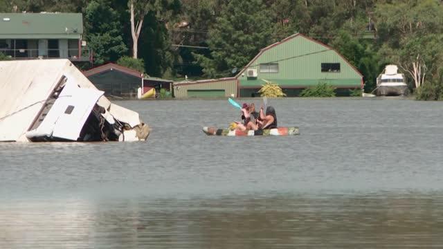 equipos de rescate llevaban el miércoles suministros de emergencia a los miles de afectados por las inundaciones en la costa este de australia,... - rescue stock videos & royalty-free footage