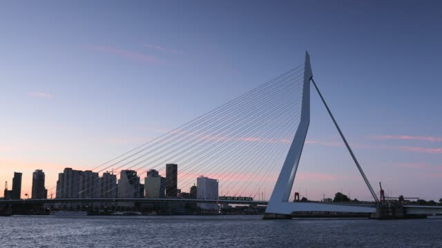 vídeos de stock, filmes e b-roll de erasmus bridge at sunset, rotterdam, netherlands - drawbridge