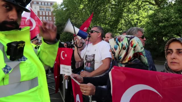 erdogan supporters gather outside chatham house ahead of a visit by the turkish president recep tayyip erdogan on may 14, 2018 in london, england. mr... - isil konflikt stock-videos und b-roll-filmmaterial