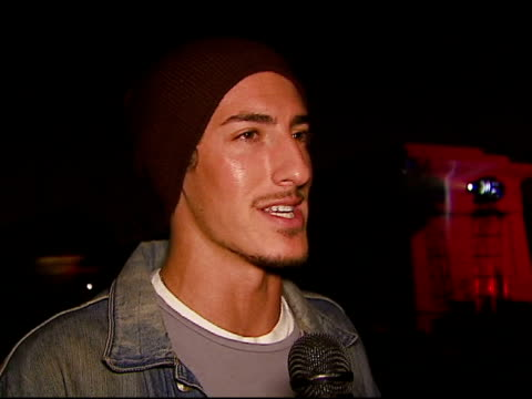 eric balfour on the game at the xbox 360 'gears of war' launch at hollywood forever cemetery in los angeles, california on october 25, 2006. - ギアーズオブウォー点の映像素材/bロール