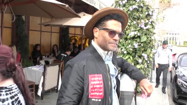 vídeos y material grabado en eventos de stock de interview eric benet comments on the obamas after lunch at il pastaio in beverly hills at celebrity sightings in los angeles on march 09 2018 in los... - eric benet