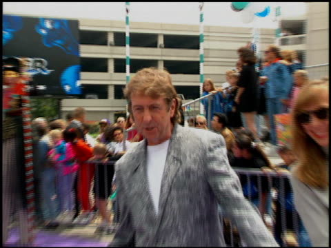 eric idle at the 'casper' premiere at universal in universal city, california on may 21, 1995. - エリック アイドル点の映像素材/bロール