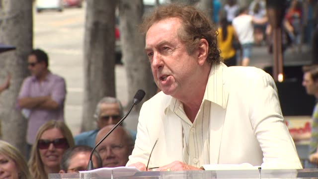 eric idle at the randy newman honored with a star on the hollywood walk of fame at hollywood ca. - エリック アイドル点の映像素材/bロール